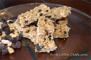 Homemade Granola Bars Recipe by fivelittlechefs.com a #homemade #chewy #granola #bar that is the perfect go-to #snack