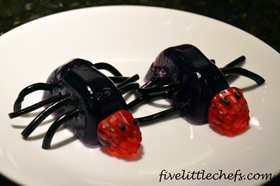 CREEPY CRAWLY JIGGLERS from fivelittlechefs.com is a perfect Halloween party idea. #JELLOHalloween