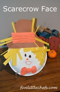 A scarecrow face craft made with a plate, colored paper and markers. You probably have those items in your home and can make it now. #scarecrow #kidscrafts