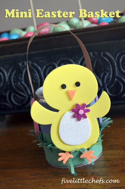 Mini Easter Basket from fivelittlechefs.com A fun craft for #Easter.